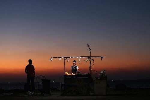 image, عکسی زیبا از دکه فروش بلال در ساحل غزه