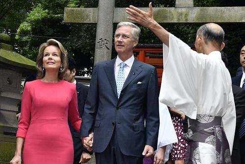 image, عکس پادشاه بلژیک و همسرش در معبدی در توکیو