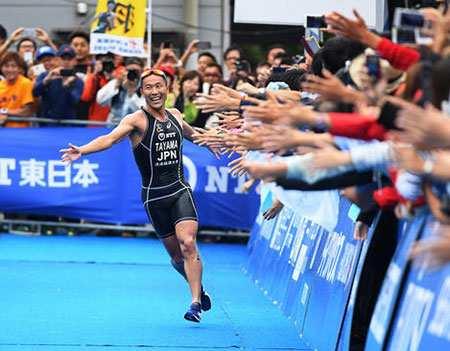 image, خوشحالی هیروکاتسو تایاما برنده مسابقات سه گانه در توکیو