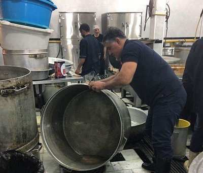 image عکس زیبای علیرضا حیدری کشتیگیر هنگام شستن ظروف نذری