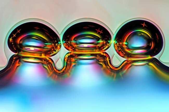 image, عکس حبابهای هوا درون بلورهای اسید اسکوربیک ذوبشده با بزرگنمایی