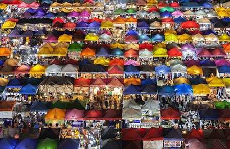 image, تصویری رویایی از چادرهای رنگی بازار شبانه در تایلند