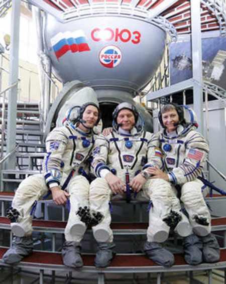 image, عکس سه فضانورد فرانسوی آمریکایی و روس قبل از اعزام به فضا