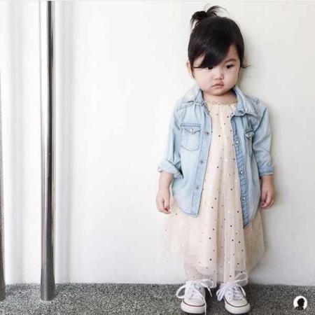 image, عکس زیبا از یک دختر بچه آسیایی با لباس اسپرت
