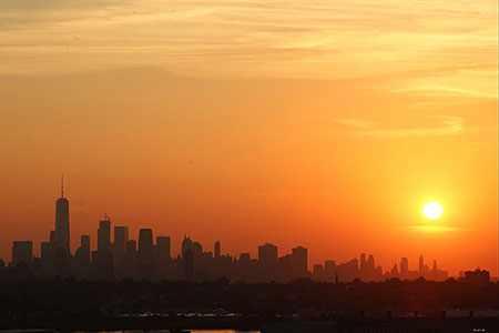 image, تصویری فوق العاده زیبا از آفتاب بر فراز ساختمان های شهر
