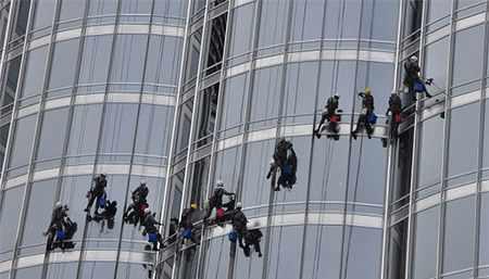 image کارگران چطور نمای بیرونی برج خلیفه در دبی را تمیز میکنند
