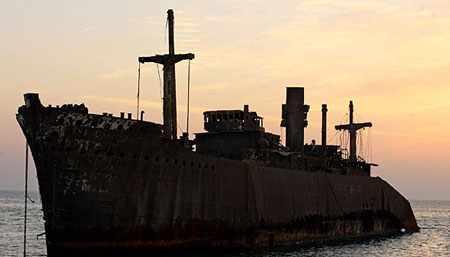 image همه چیز درباره کشتی زیبای به گل نشسته در کیش