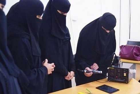 image تعمیرکاران موبایل زن در کشور عربستان