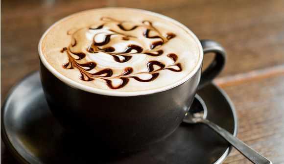 image آموزش حرفه ای سرآشپز برای درست کردن قهوه موکا