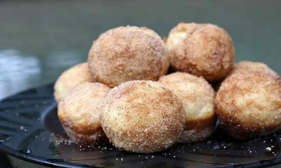 image طرز پخت پیراشکی خوشمزه و مقوی با سیب با سس عسل