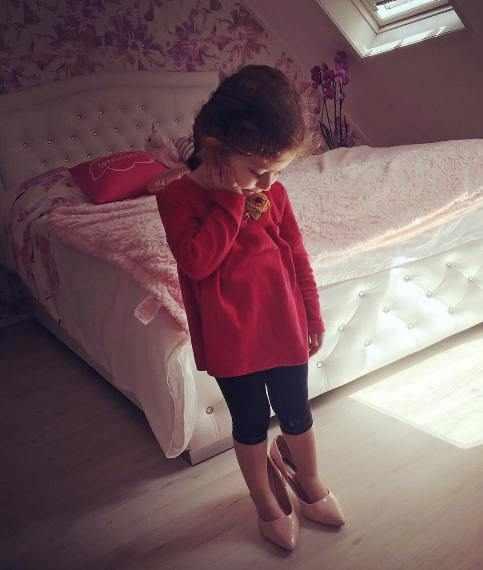 image عکس دیدنی از دختر شاهرخ استخری با کفش پاشنه بلند