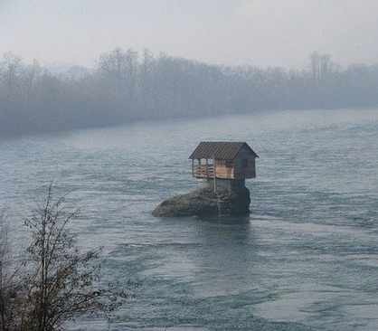 image عکس های دیدنی از خانه ای در وسط رودخانه