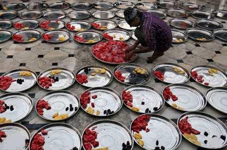 image مرد مسلمان در حال آماده کردن افطار روزه داران هند