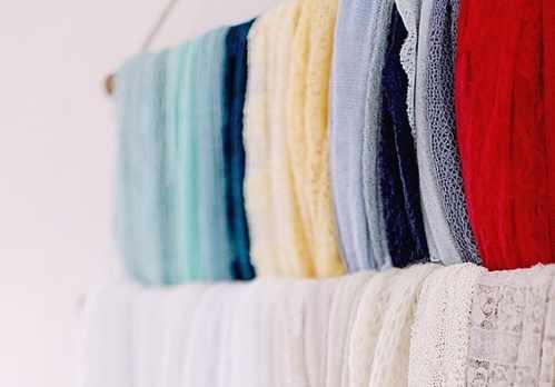 image شال و روسری را چطور در کمد آویزان کنیم تا چروک نشود