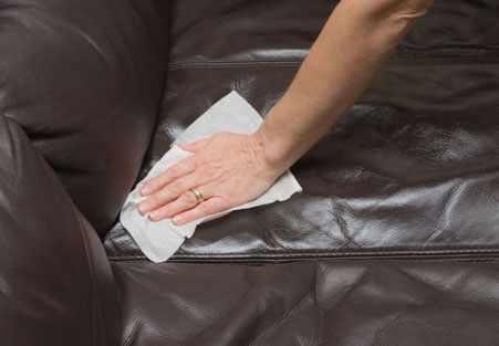 image چطور به راحتی لکه خودکار را از روی لوازم چرمی پاک کنیم