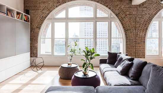 image, ایده طراحی دیوار سالن پذیرایی آپارتمان با آجر قدیمی همراه عکس