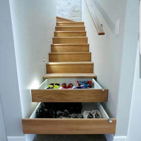 image ایده خلاقانه استفاده از پله های راه پله به عنوان کشو و جاکفشی