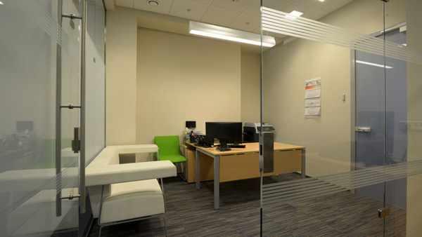 image آیا بهتر است اتاق مدیر شرکت جدا باشد یا با کارمندان خود