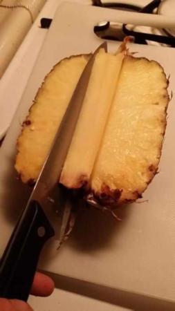 image آموزش تصویری روشی ساده برای خرد کردن و پوست گرفتن آناناس