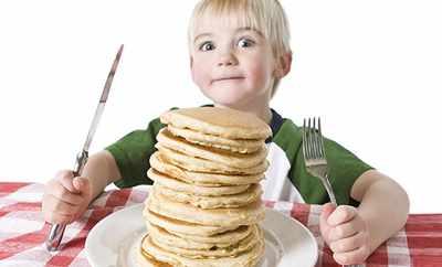 image چطور به کودکان آموزش دهید با شما غذا بخورندو از کی