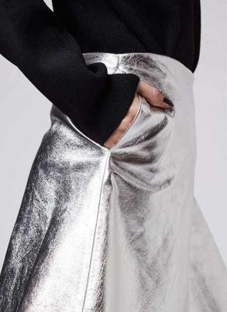 image راهنمای استفاده از لباس و زیورآلات براق برای خانم ها