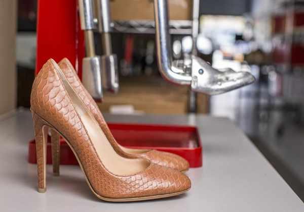 image چطور کفش چرمی با سایر کوچک را اندازه پای خود کنید