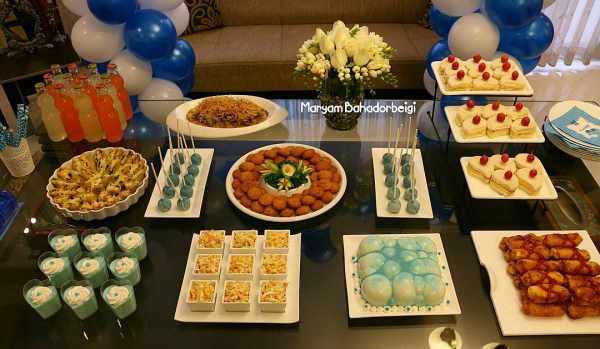 image چیدمان میز تولد با تم آبی و خوراکی های شیک و کیک طرح تیم استقلال