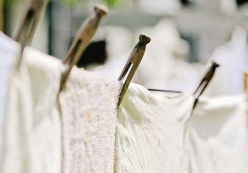 image استفاده از مایع لباسشویی سفیدشوی چه اثری روی لباس های سفید دارد