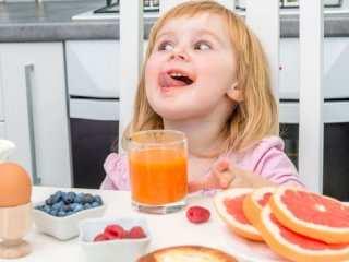image آیا کودک می تواند آب میوه مصرف کند و چطور
