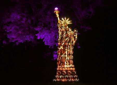 image عکس مجسمه آزادی با کدو تنبل های نورانی در نیویورک