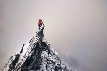 image تصویری زیبا از یک کوهنورد در آلپ سوییس