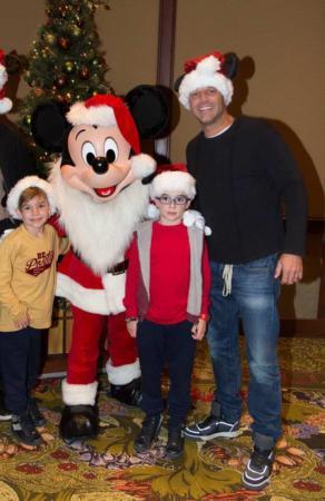 image عکس جدید ریکی مارتین و دوقلوها با لباس بابانوئل