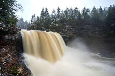 image نمایی زیبا از آبشاری در غرب ویرجینیا