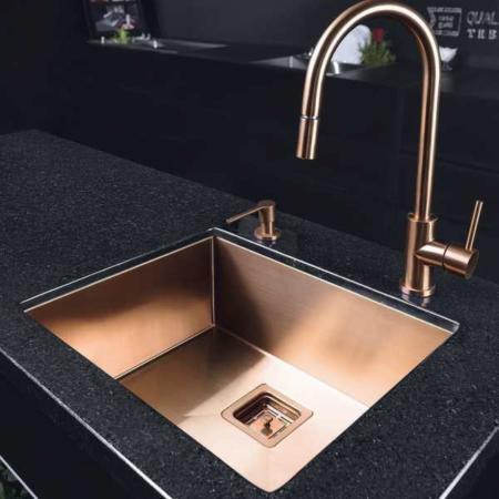 image جدیدترین مدل طراحی سینک ظرفشویی رنگ سیاه با شیر طلایی