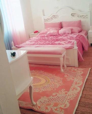 image اتاق خواب دکور شده با رنگ و روتختی صورتی