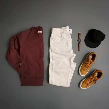 image ست کردن شلوار سفید با ژاکت زرشکی و کفش و ساعت هماهنگ