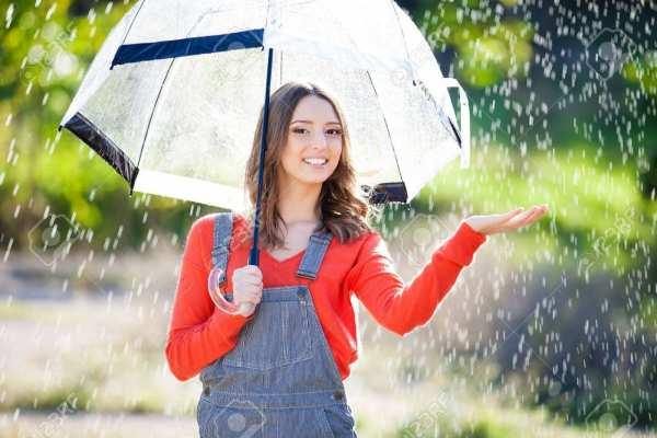 image, نحوه لباس پوشیدن و آرایش برای زیر باران بیرون رفتن