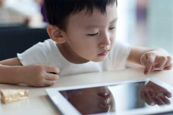image آیا زیاد با موبایل بازی کردن برای چشمان کودک مضر است