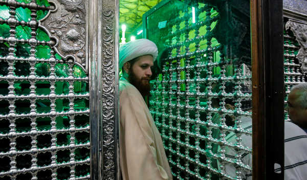 image عکس زیبایی از غبارروبی ضریح مطهر حضرت عبدالعظیم حسنی (ع)