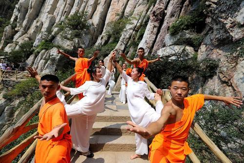 image تمرین یوگا و کونگفو راهبان چینی در معبد شائولین چین