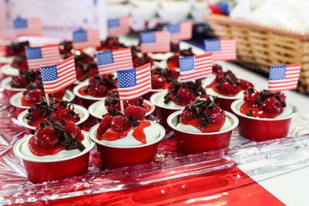 image دسرهای خوشمزه با پرچم آمریکا در جشن استقلال آمریکا