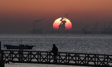 image تصویری زیبا از غروب خورشید در ساحل دریای زرد