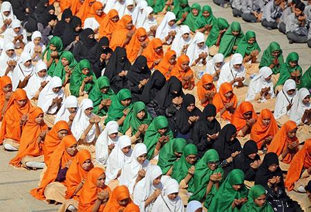 image تصویری زیبا از مراسم دعا توسط دانش آموزان در هند